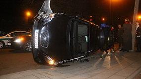 Panevėžyje po avarijos apsivertė Seat