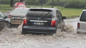 Panevėžio vairuotojams – upėmis virtusių gatvių iššūkis
