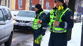 Panevėžio kelių policijos pareigūnai moterims dovanojo gėles
