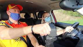 Vairavimas – atsakingas darbas: Lenktynininkas R. Čapkauskas parodė, kaip reikia sėdėti prie vairo