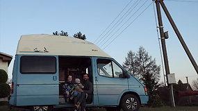 Skaistė Vievesė įsirenginėja šeimos furgoną