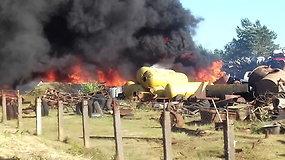 Metalo laužo supirktuvėje Zarasuose užsidegė išardyti automobiliai
