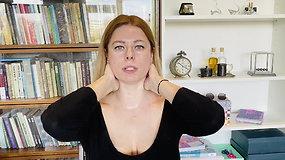Viktorija Baltramiejūnienė rodo, kaip namuose atlikti atpalaiduojamąjį veido savimasažą