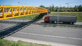 Nepatogiai išdėlioti kanalizacijos šulinių dangčiai Vilniaus Vakariniame aplinkkelyje
