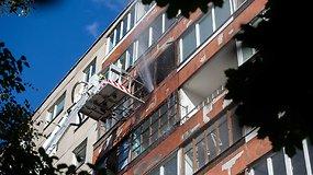 Nufilmuota gaisro gesinimo operacija Vilniaus daugiabučio balkone