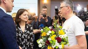 """I.Šimonytės štabo atstovai ir V.Bakui įteikė gėles: """"Mandagus gestas, taip ir turėtų būti"""""""