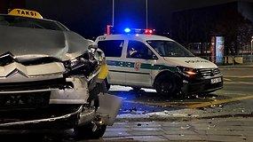Taksi ir policijos automobilių autoįvykis Ozo gatvėje