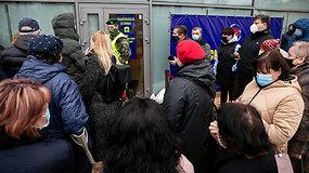 Žmonės laukiantys prie vakcinacijos centro Vilniuje