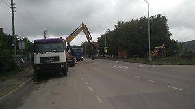 Remonto darbai Kauno Panerių g. kelia pavojų eismo dalyviams: ekskavatorius kaušas apsisuka virš važiuojamosios kelio dalies