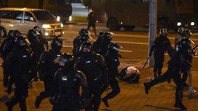 Antroji protestų naktis: skraidė Molotovo kokteiliai, specialiosios pajėgos vaikė protestuotojus