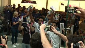 """Minios žmonių visame pasaulyje džiūgauja – sutiktas naujasis """"Iphone X"""""""