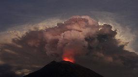 Išsiveržęs Agungo ugnikalnis Balyje įkalino tūkstančius turistų