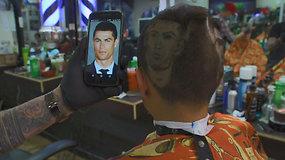 Futbolo aistruoliai galvas puošiasi mėgstamiausių futbolo žaidėjų atvaizdais