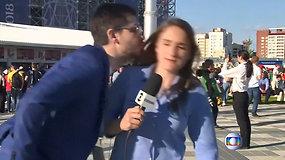 Tiesioginiame eteryje sporto žurnalistę bandęs pabučiuoti gerbėjas sulaukė griežto atsako