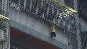 Keturmečio galva įstrigo tarp metalinių strypų penktojo aukšto balkono iškišoje