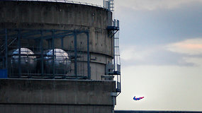 """""""Greenpeace"""" aktyvistų valdomas supermenas-dronas trenkėsi į Prancūzijos atominę elektrinę"""