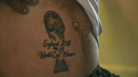 """""""Anglija – pasaulio futbolo čempionė"""" – tokia tatuiruotė papuošė fano pilvą"""
