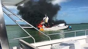 Bahamose vestuvių metinės baigėsi tragedija: sprogus laivo varikliui žuvo jas šventusi amerikietė