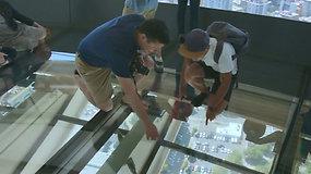 """Pirmos pasaulyje besisukančios stiklinės grindys – nauja pramoga """"Kosmoso adatos"""" lankytojams"""