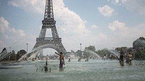 Paryžiaus gyventojai ir turistai nuo kaitros slepiasi fontanuose