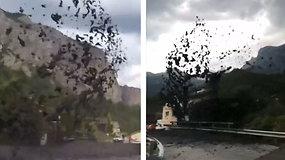 Viską šluojantis monstras: Šveicarijos kelius nusiaubė purvo nuošliauža
