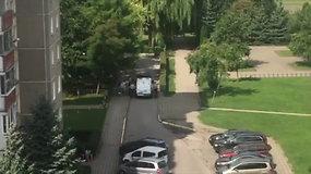 Po įvykio vietos apžiūros išvežamas nužudymu Marijampolėje įtariamas vaikinas