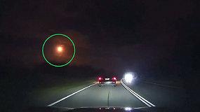Įspūdingas ugnies kamuolys nušvietė naktinį Australijos dangų