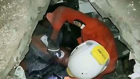 Palu mieste nufilmavo dramatišką griuvėsiuose įkalinto vyro gelbėjimo operaciją