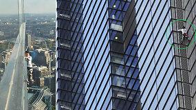 """Už karstymąsi dangoraižiais nuolat areštuojamas """"žmogus voras"""" savo sugebėjimus demonstravo Londone"""