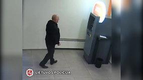"""""""Swedbank"""" bankomate vyras pavogė vokelį su pinigais"""