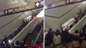 Užfiksuotas šokiruojantis vaizdelis metro stotyje –  eskalatoriumi leidžiamas karstas