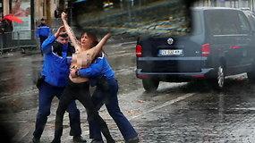 Netikėtas sutikimas Paryžiuje: D.Trumpui kelią bandė užtverti pusnuogė protestuotoja