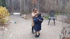 Vaikų džiaugsmas pirmą kartą išvydus sniegą sujaudino internautų širdis