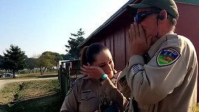 Gavęs gyvenimą pakeitusią dovaną policininkas netramdė emocijų