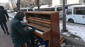 Net spaudžiant šaltukui Kijevo gatvėse nenutyla pianino garsai