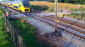 Kraują stingdanti akimirka – traukinys per plauką nepervažiavo dviratininko