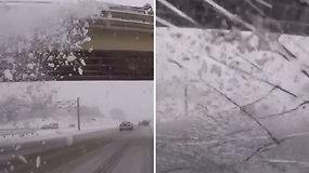 Per plauką nuo nelaimės: nuo tilto nustumtas ledo gabalas užkrito ant pravažiuojančio automobilio