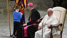 Popiežius Pranciškus smagiai pasijuokė iš netikėto nebylio berniuko poelgio