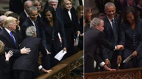George'as W.Bushas ir Michelle Obama vėl prigauti – pastebėti kartojantys slaptą gestą