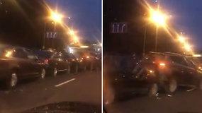 """Užfiksuota įspūdinga avarija Vilniuje – """"pasibučiavo"""" 8 transporto priemonės"""