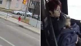 Mamos šaltyje paliktą mergaitę išgelbėjo autobuso vairuotoja – basa mažylė blaškėsi netoli kelio