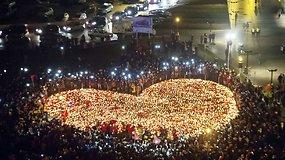 Gdansko gyventojai pagerbė nužudyto mero atminimą – iš raudonai baltų žvakių suformavo širdį
