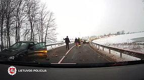 Skausmingos neadekvataus BMW ekipažo gaudynės baigėsi avarija
