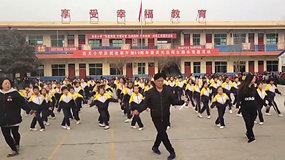 """""""Shuffle"""" šokį įvaldęs mokyklos direktorius tapo internetine sensacija"""