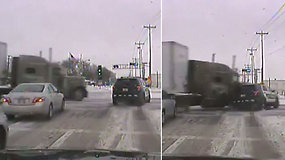 Paslydęs ir nesustojęs sunkvežimis galingu smūgiu rėžėsi į policijos automobilį