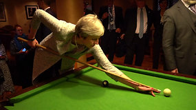 Nerangūs Theresa May bandymai žaisti biliardą sukėlė internautų juoką