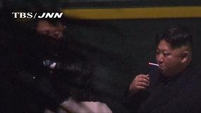 Užfiksuotas žalingas Kim Jong Uno įprotis: nuobodulį dvi dienas trukusioje kelionėje vaikė rūkydamas