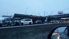 Maskvos vairuotojus nustebino neįprastas vaizdas kelyje – kamštyje užstrigo gabenamos raketos