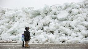 """Keistas reginys patraukė gyventojų dėmesį – fenomeną praminė """"ledo cunamiu"""""""