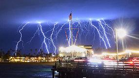 Dangų perskrodė žadą atimančios, bet pavojingos žaibų blykstės – žmones ragino likti namuose